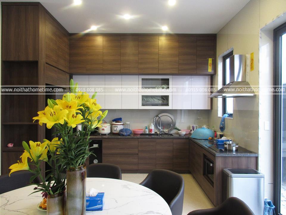 Tủ bếp hiện đại với tông màu trắng, kết hợp màu vân gỗ