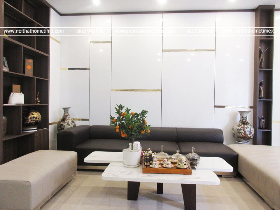 Vách trang trí màu trắng hài hòa với không gian căn hộ