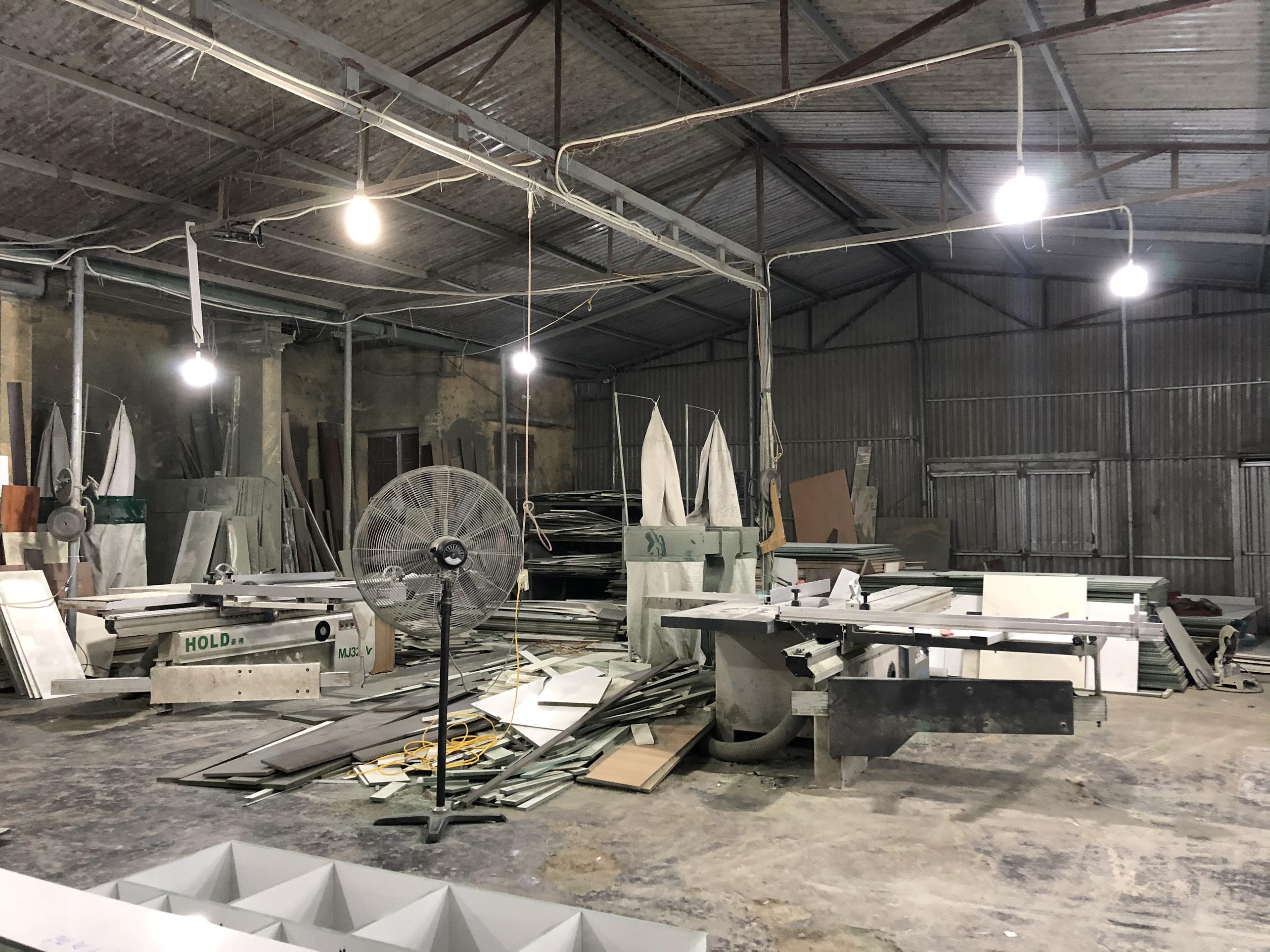 Máy cưa pha gỗ bàn trượt tại xưởng sản xuất nội thất Hometime