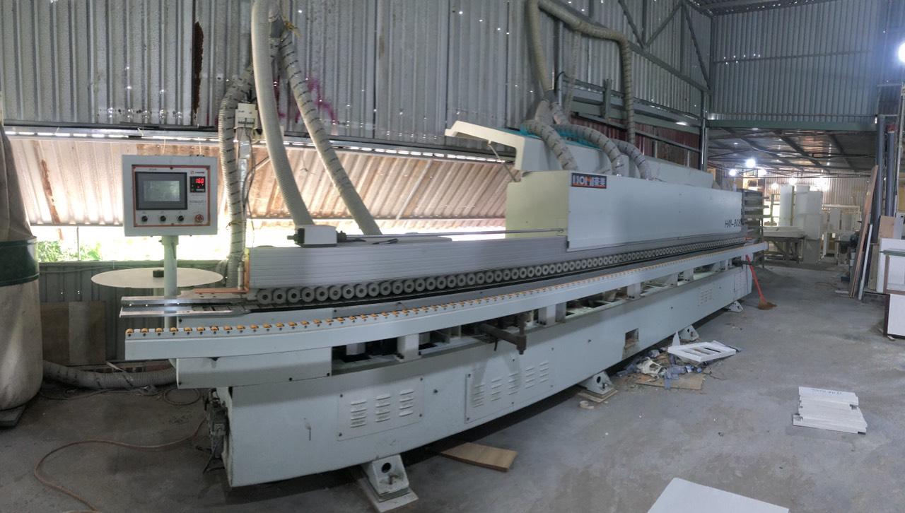 Chiếc máy dán cạnh hiện đại tại xưởng sản xuất Hometime