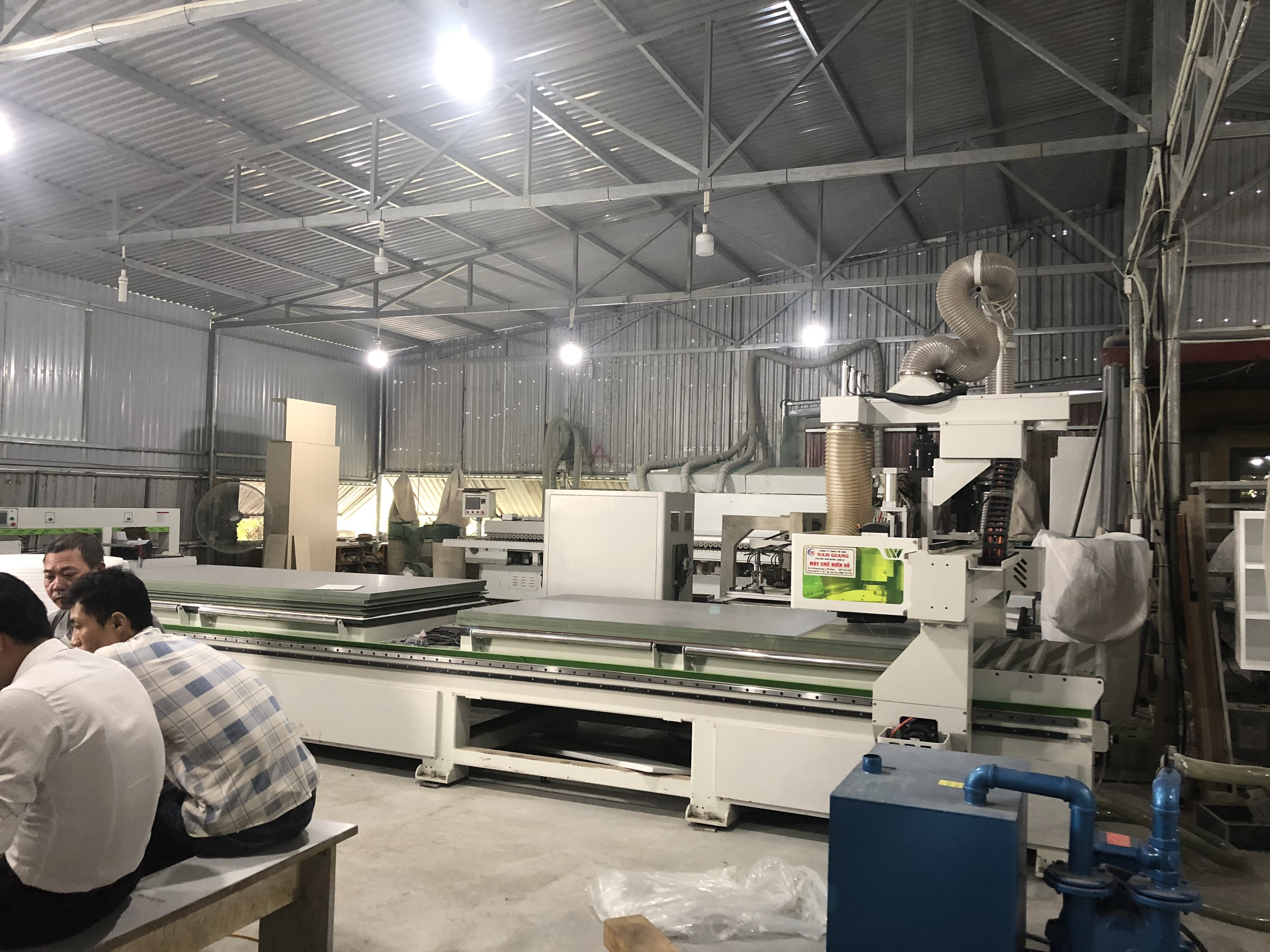 Máy CNC trung tâm tại xưởng sản xuất Hometime