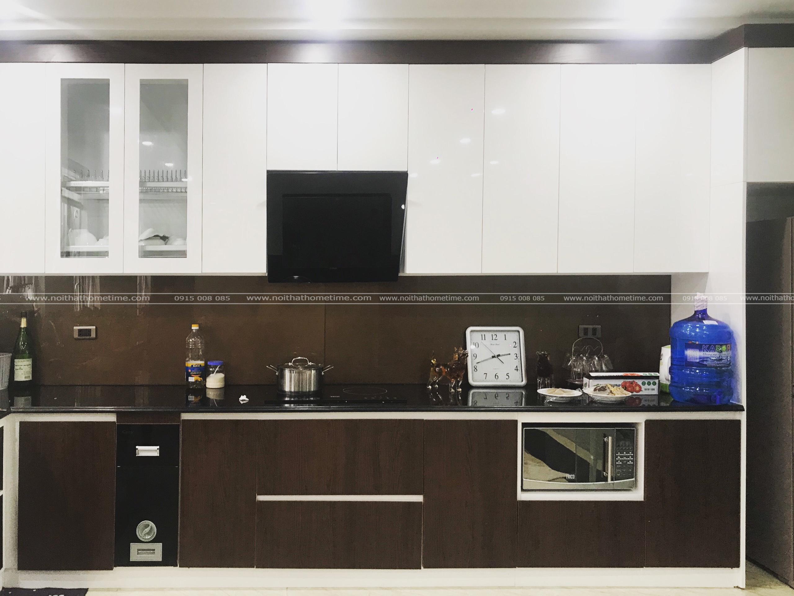 Tủ bếp nhựa nhà chị Phương sơn men cao cấp kết hợp phủ laminate vân gỗ