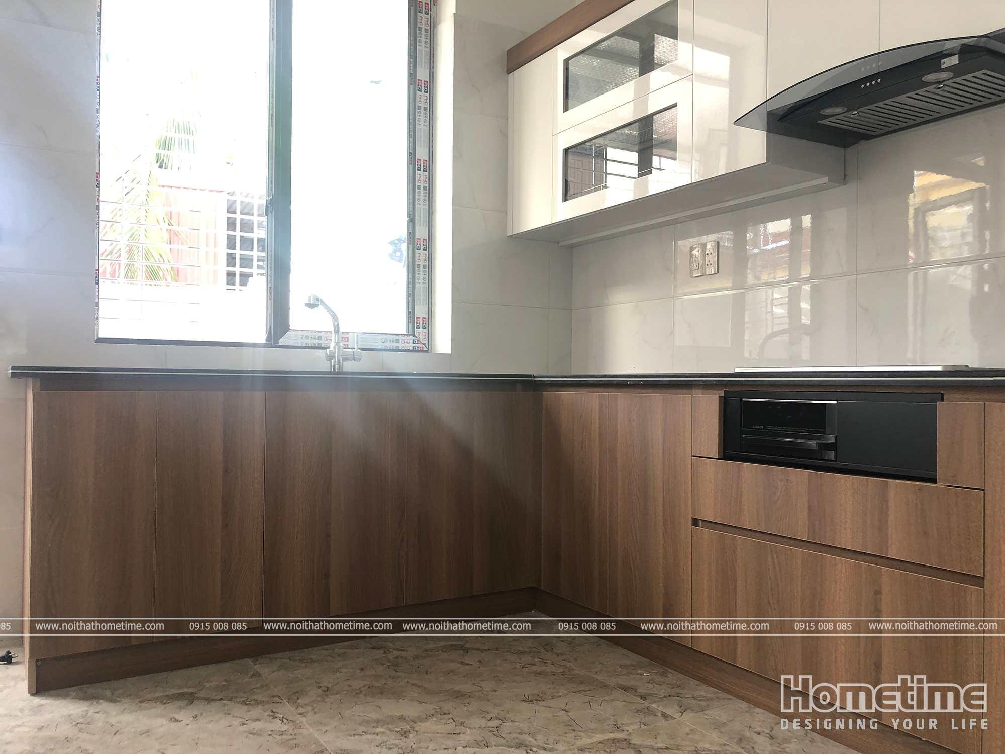 Không gian phòng bếp thoáng mát với thiết kế cửa sổ
