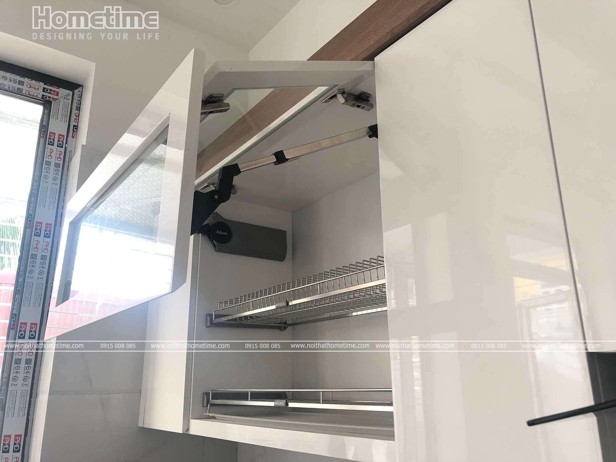 Cánh tủ giá bát đĩa nâng hạ hoạt động một cách dễ dàng